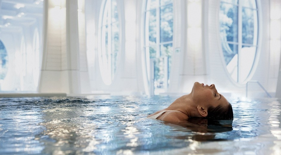 Frau in Wellness Bad im Grand Resort Bad Ragaz