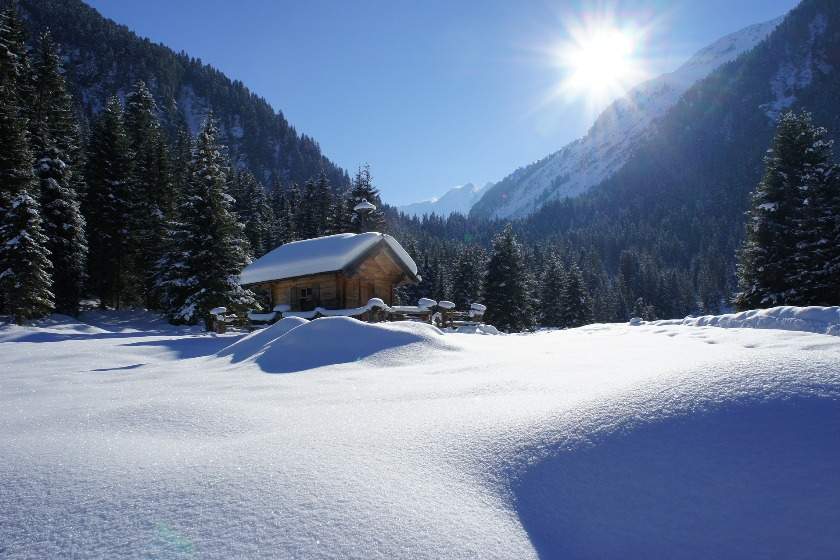 In their leisure time, SSTH students can take a hut excursion into the snow-covered Swiss mountains